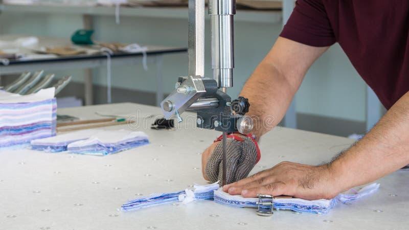 缝合的衬衣的车间在纺织品工厂 库存照片