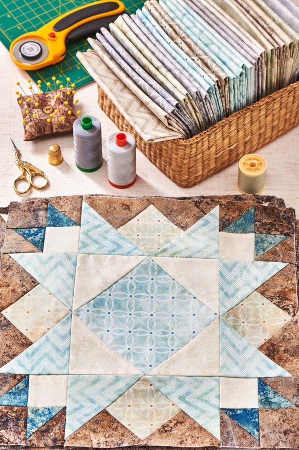 缝合的被子的,堆准备的块织品,缝合辅助部件 免版税库存图片