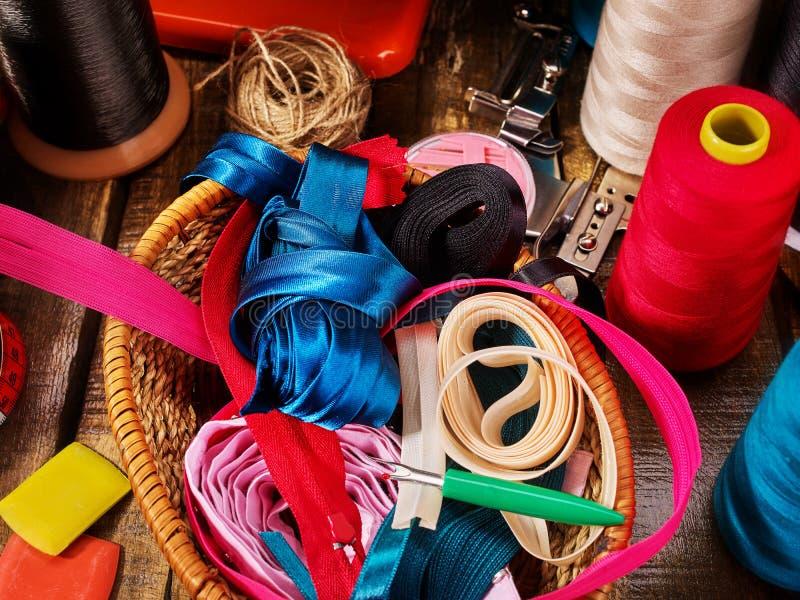 缝合的辅助部件盘绕螺纹和偏心磁带在篮子供应 库存照片