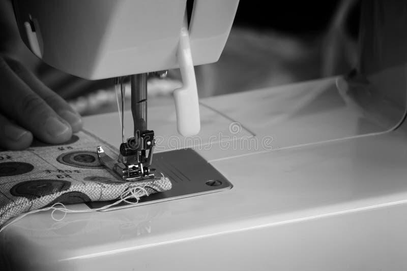 缝合的过程-在她缝合后的妇女的手 免版税库存照片