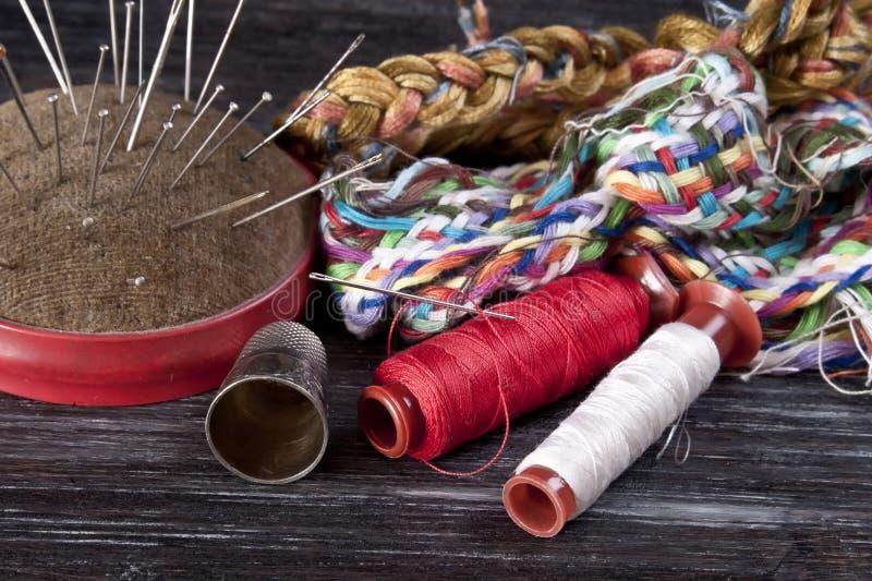 缝合短管轴纹理线程数的针剪刀穿线了工具 免版税图库摄影