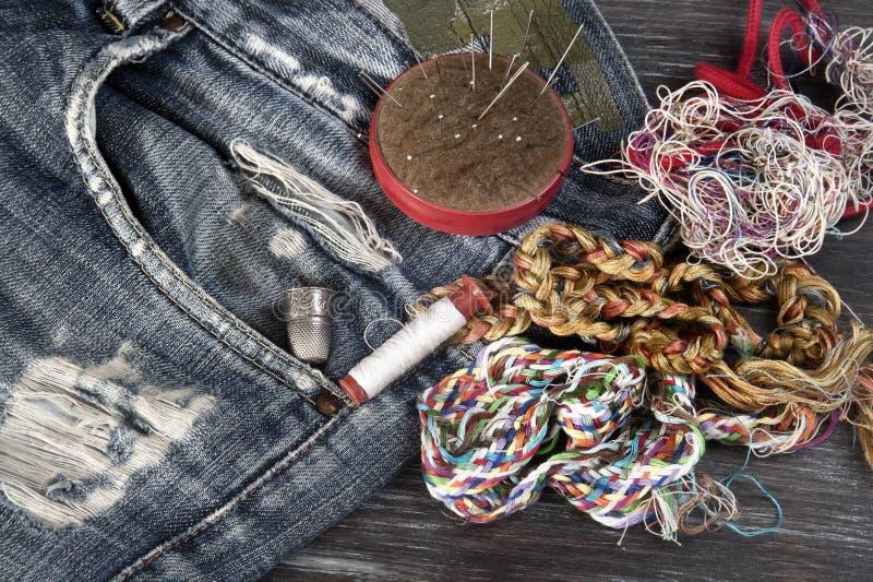 缝合短管轴纹理线程数的针剪刀穿线了工具 免版税库存图片