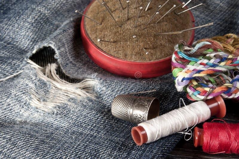 缝合短管轴纹理线程数的针剪刀穿线了工具 库存图片