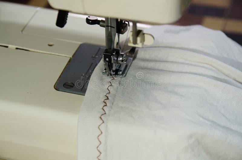 缝合锯齿形地在白色衬衫 免版税库存照片