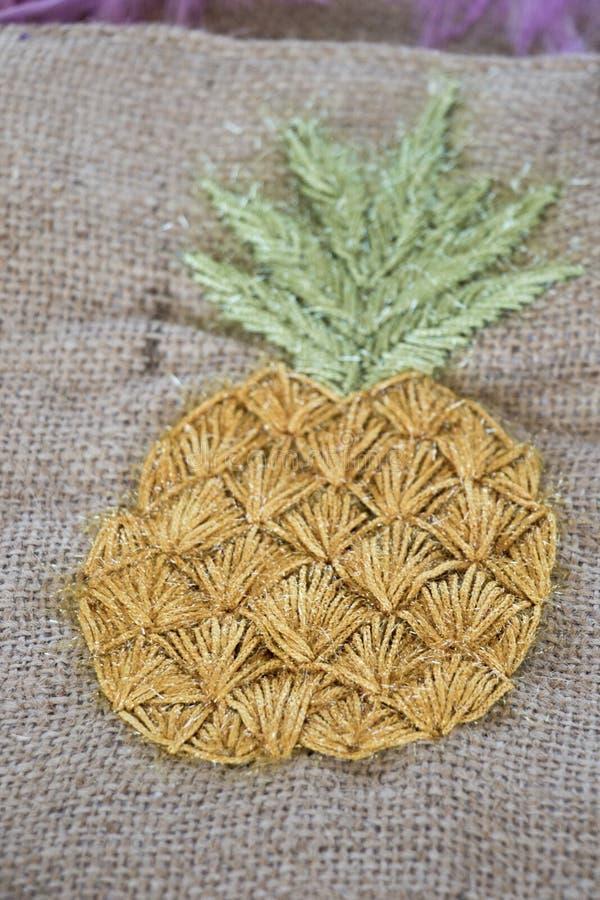 缝在织品片断的手工制造菠萝  免版税图库摄影
