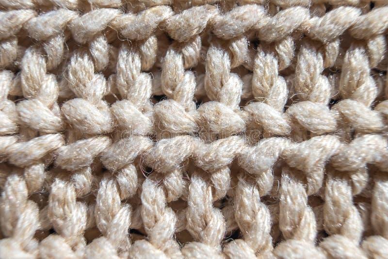 缝米黄特写镜头,手工制造毛织物品的特写镜头编织 库存图片