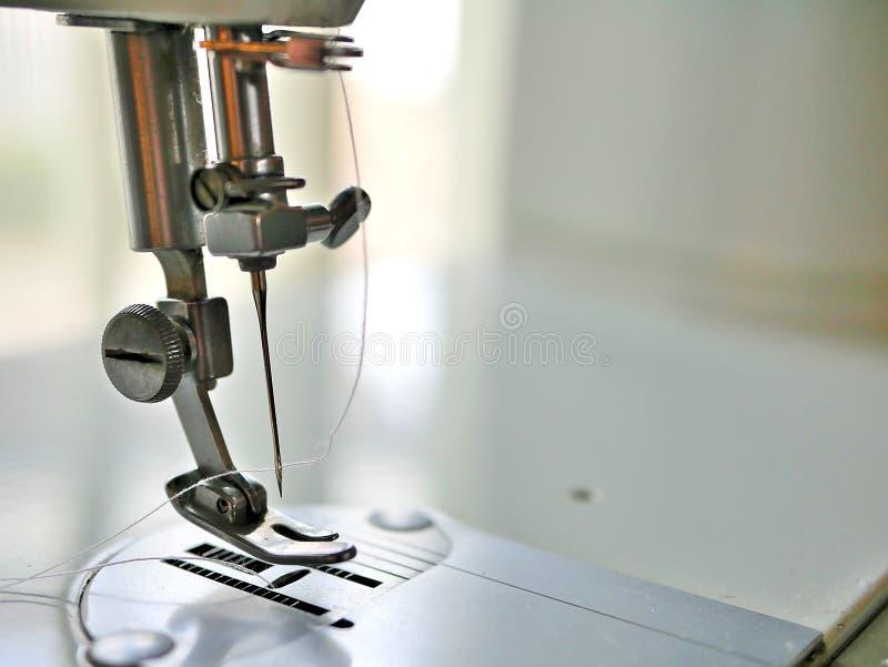 缝纫机金属针和螺纹 免版税库存图片