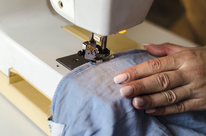 缝纫机 根据固定硬件灯的工作 与尺蠖和脚特写镜头的钢针 免版税库存照片