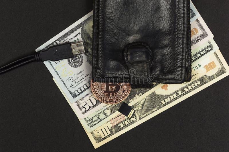 缩拢与现金, Bitcoin闪光驱动和USB连接器 免版税库存照片