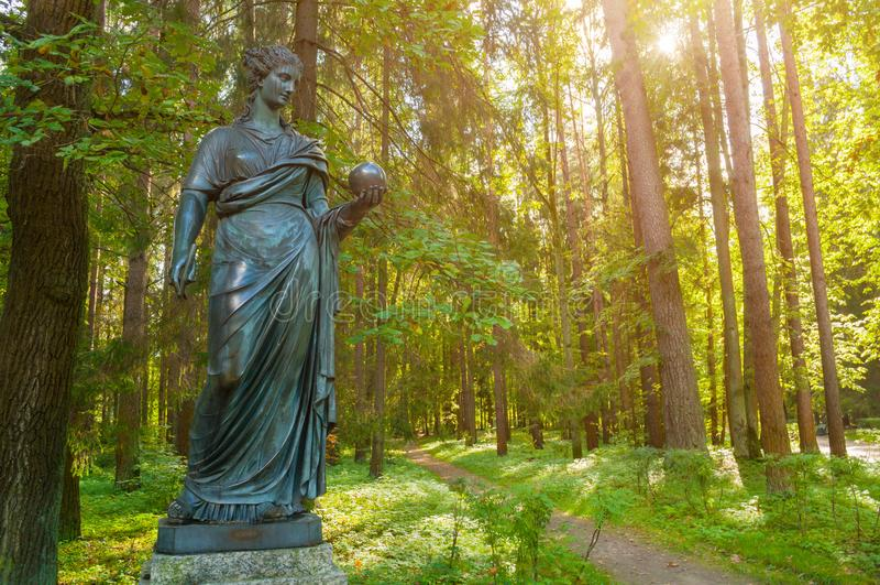 缪斯女神-天文冥想铜雕塑  Pavlovsk,圣彼德堡,俄罗斯 免版税库存图片