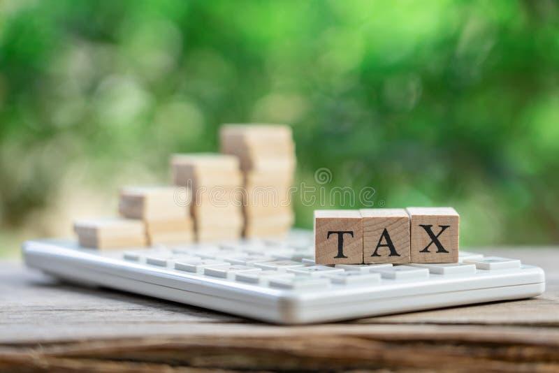 缴纳年收入税在计算器的年 使用作为背景企业概念和财务概念与拷贝空间为 免版税库存照片