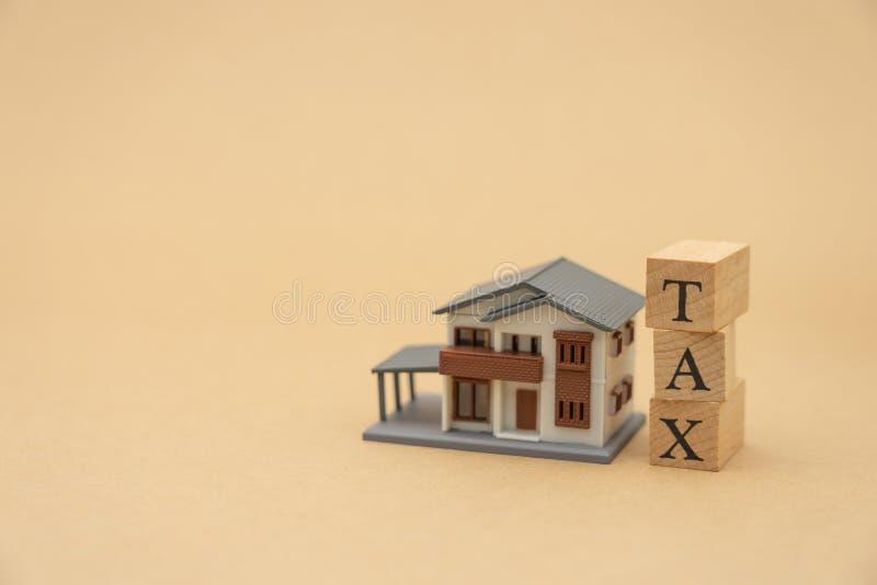 缴纳年收入税在计算器的年 使用作为背景企业概念和财务概念与拷贝空间为 图库摄影