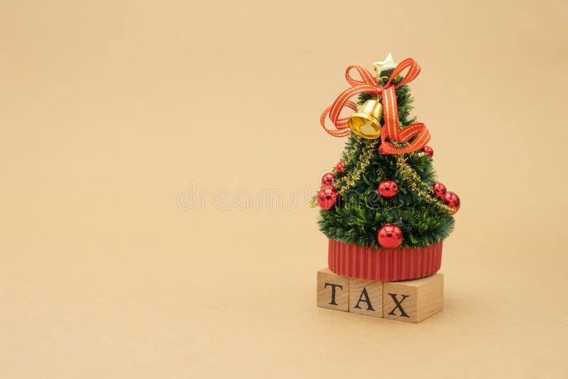 缴纳年收入税在计算器的年 使用作为背景企业概念和财务概念与拷贝空间为 库存照片