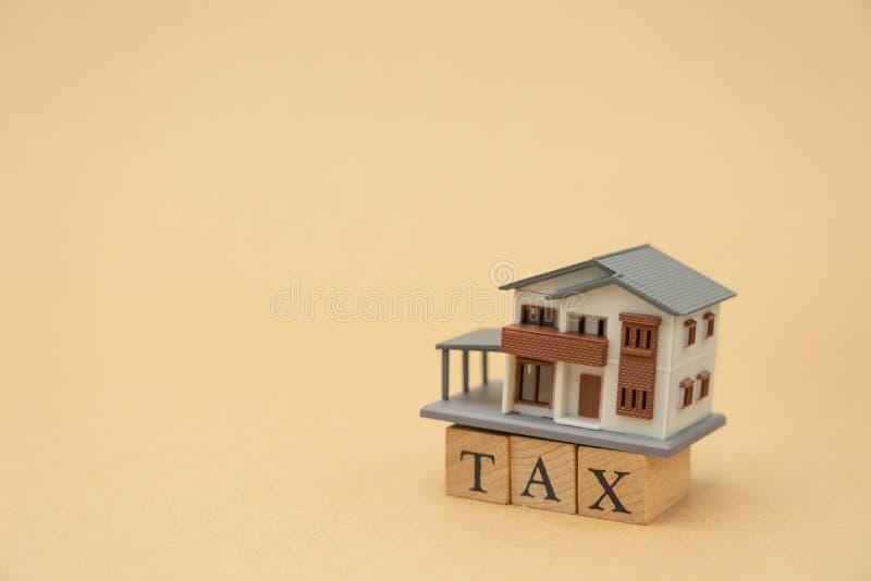 缴纳年收入税在计算器的年 使用作为背景企业概念和财务概念与拷贝空间为 免版税图库摄影