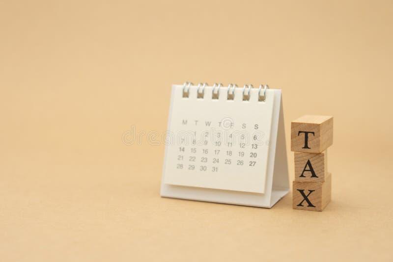 缴纳年收入税在计算器的年 使用作为背景企业概念和财务概念与拷贝空间为 免版税库存图片