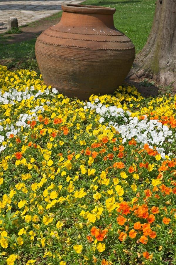 缸和花在Topkapi宫殿和博物馆庭院里在伊斯坦布尔 库存照片