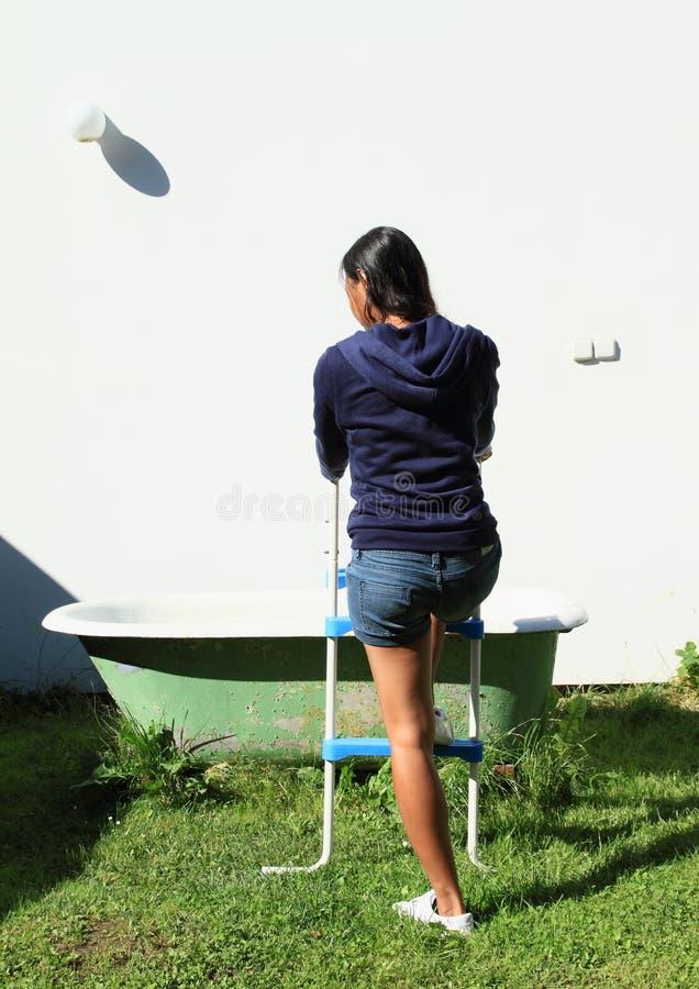 去浴缸的女孩 免版税库存图片