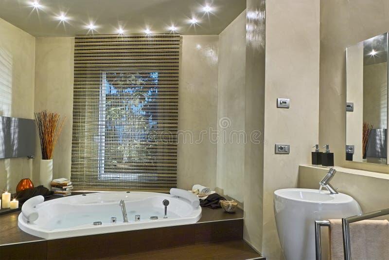 浴缸水有很多的现代卫生间 图库摄影