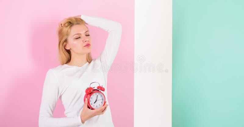 缺乏您的健康的睡眠坏 睡过头副作用是有害许多的睡眠 女孩昏昏欲睡的面孔醒了 免版税图库摄影