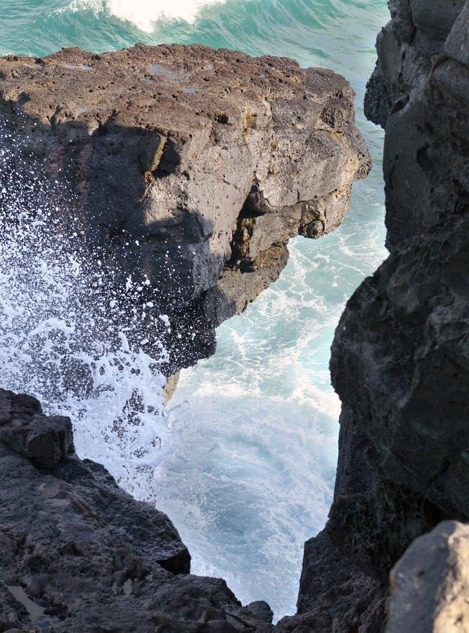 缺勤大海角gris毛里求斯礁石南部挥动 反对邻居岩石的波浪断裂 免版税库存图片