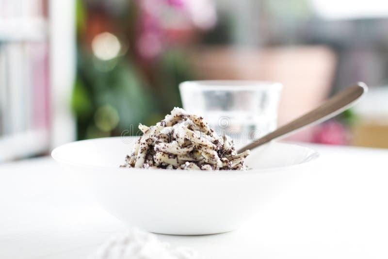 罂粟的种子面团用糖粉 库存照片