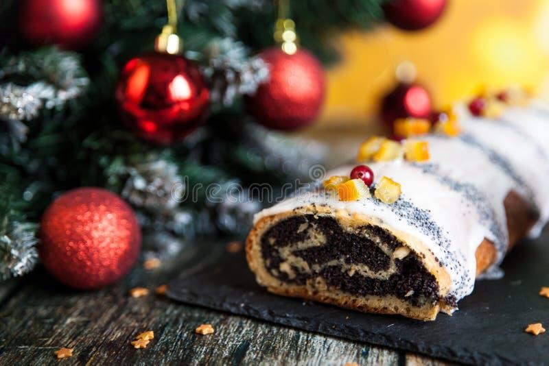 罂粟种子圣诞节给卷上釉用脯和蔓越桔 库存照片