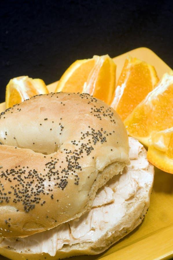 罂粟种子百吉卷用熏制鲑鱼乳脂干酪 免版税库存照片