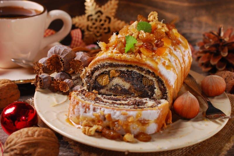 罂粟种子蛋糕和咖啡圣诞节的在木桌上 图库摄影