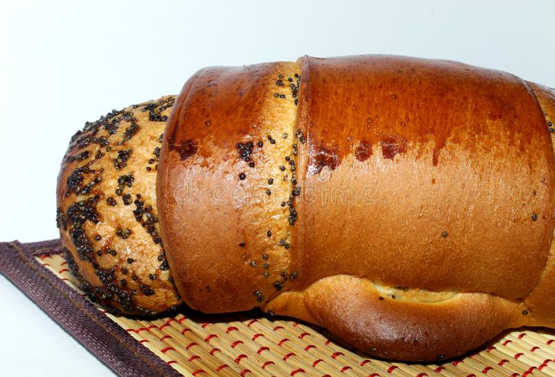 罂粟籽小圆面包在餐巾 免版税库存图片