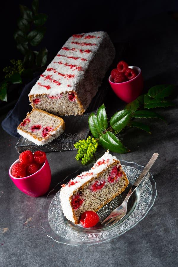 罂粟籽蛋糕用莓和被磨碎的椰子 库存图片