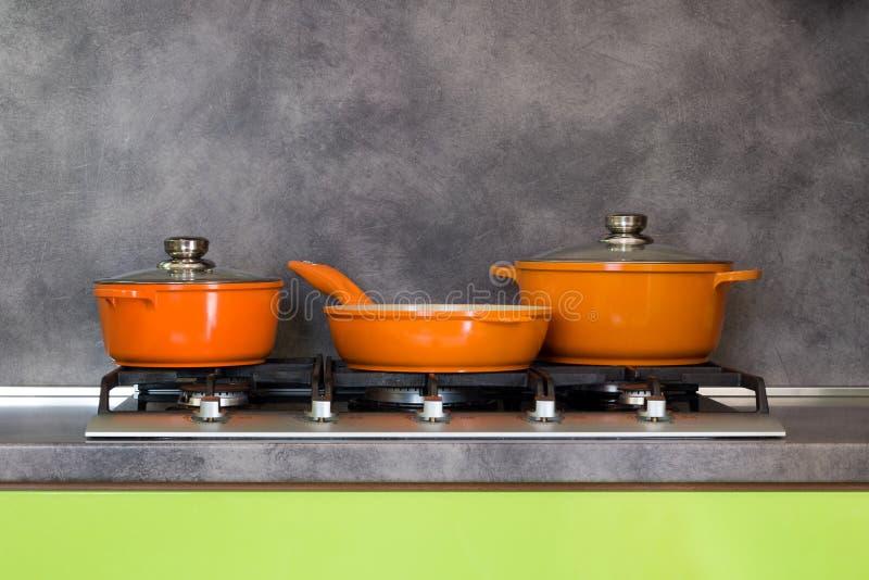 罐和平底锅在火炉 免版税库存图片