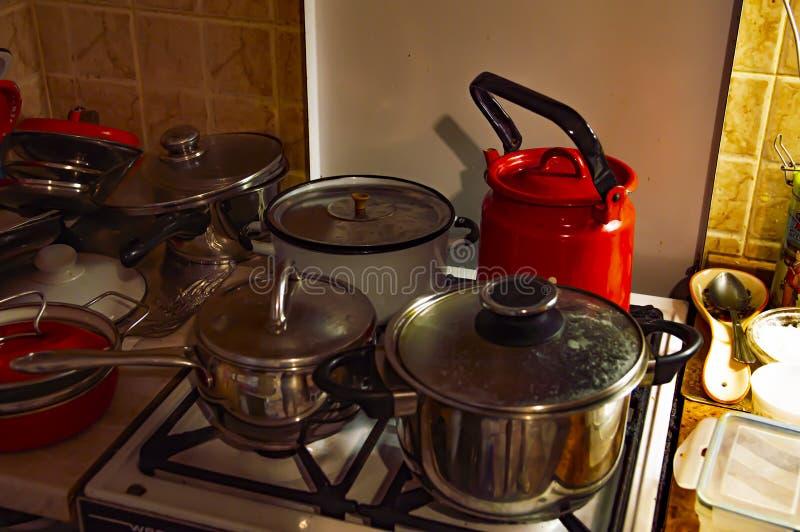 罐和水壶在火炉 免版税库存图片