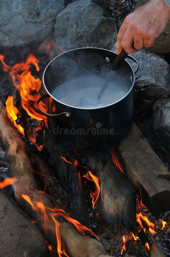 罐在野营的火的汤 免版税库存照片