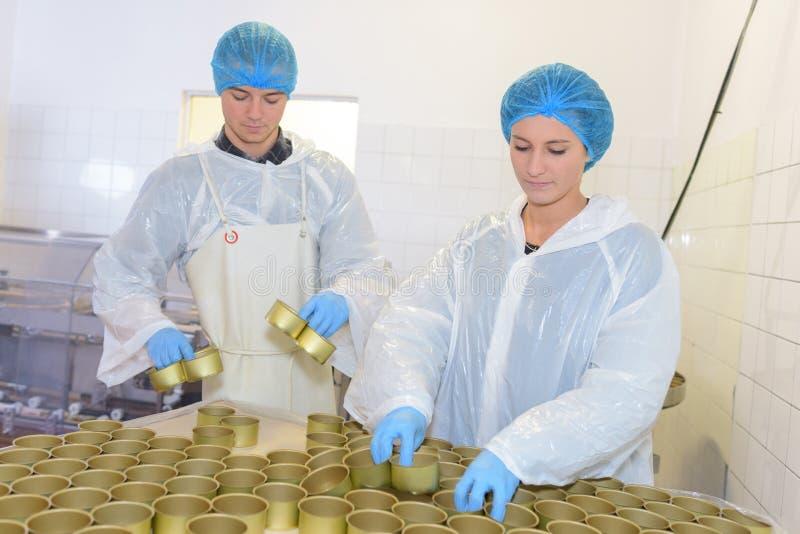 罐头工厂男性和女性雇员 免版税库存图片