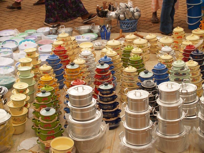 罐待售在非洲市场上 免版税库存照片