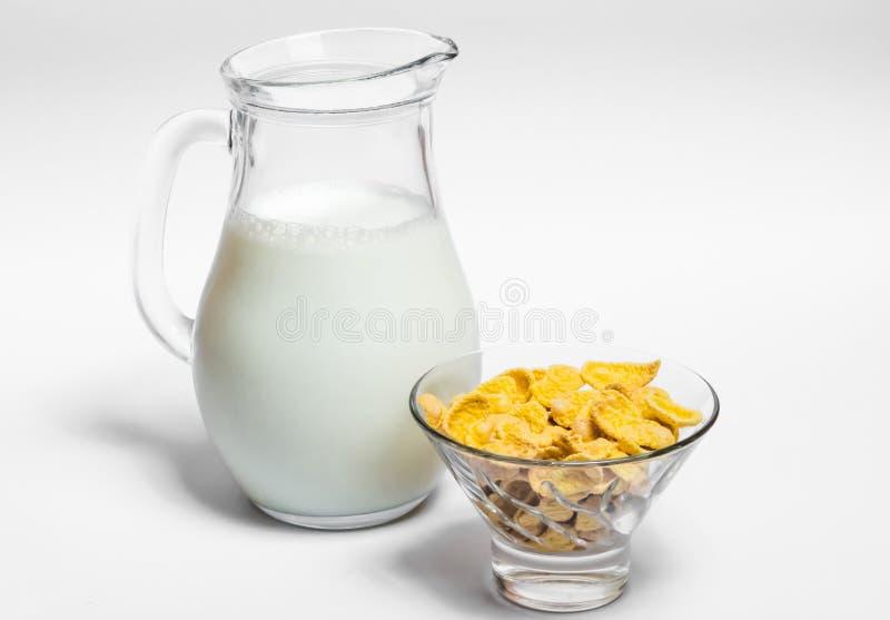 水罐牛奶和玉米片 免版税库存照片