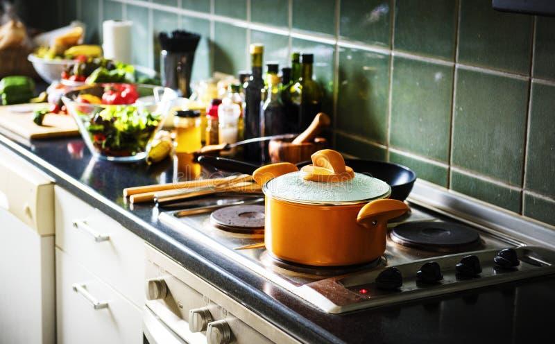 罐特写镜头在火炉的在有烹调的食物厨房里 免版税库存图片