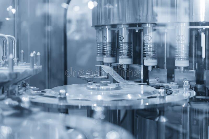 罐瓶生产机器 免版税库存图片