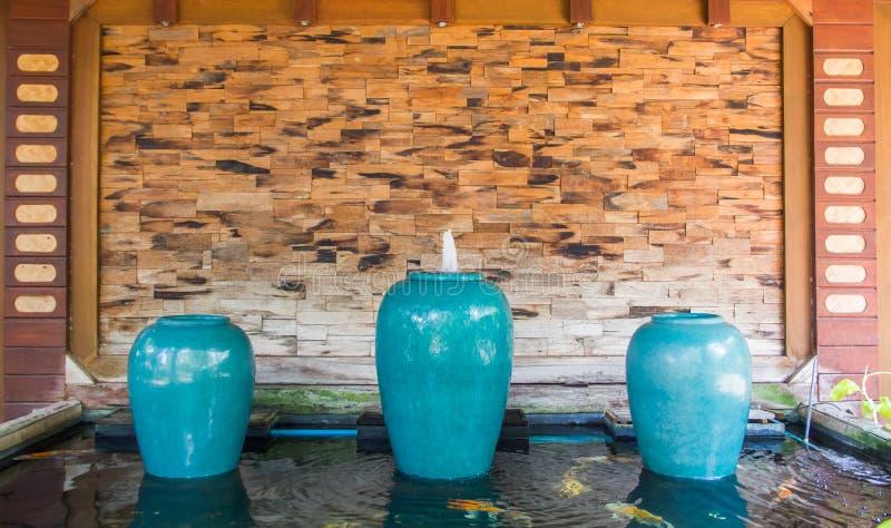 从罐的美丽的喷泉 图库摄影