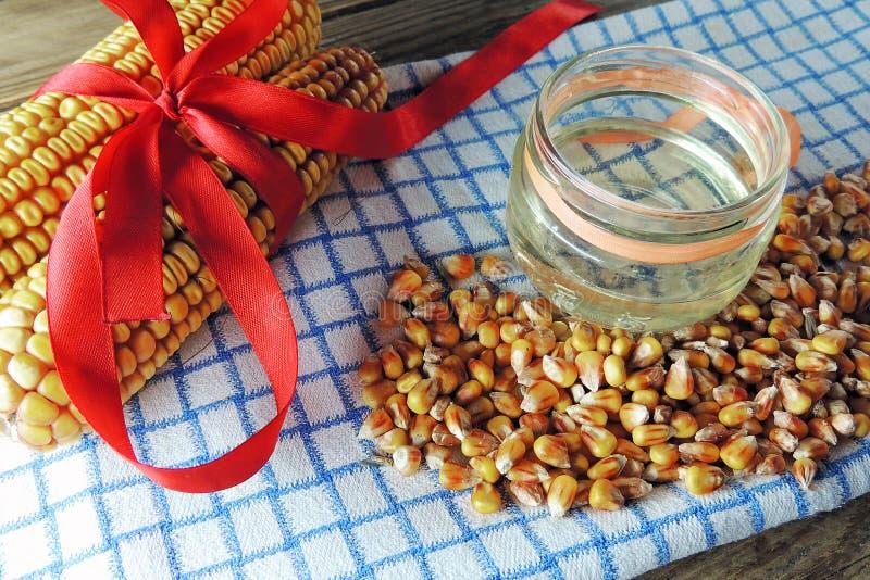 罐装玉米和湿玉米 免版税库存照片