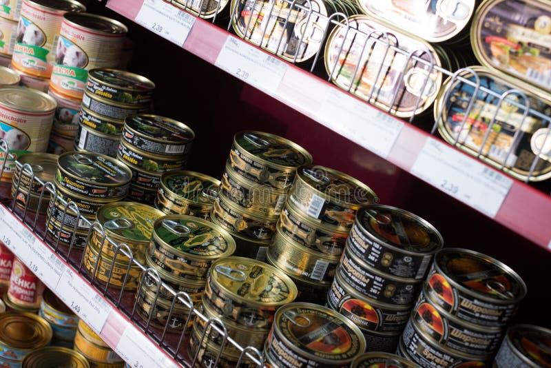 罐装肉和鱼制品在俄国食品店 免版税库存照片