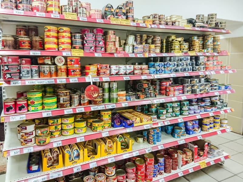 罐装肉和鱼在架子在杂货超级市场 图库摄影