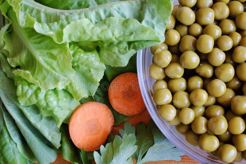 罐装绿豆,莴苣叶子 库存图片