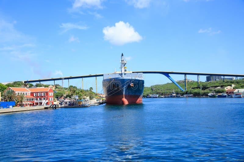 罐车被停泊在库拉索岛桥梁下 免版税图库摄影