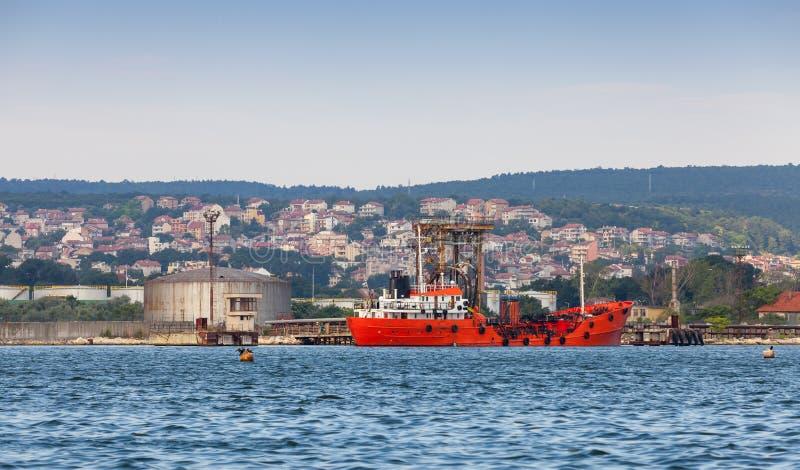 罐车装货 在瓦尔纳口岸停泊的红色货船 免版税库存图片