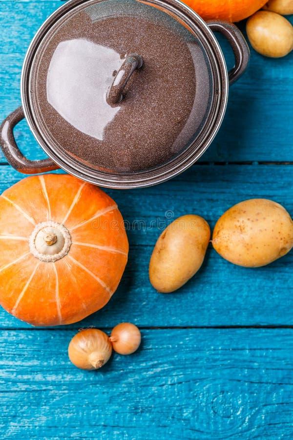 罐,土豆,南瓜,葱的图片有盒盖的 免版税库存照片