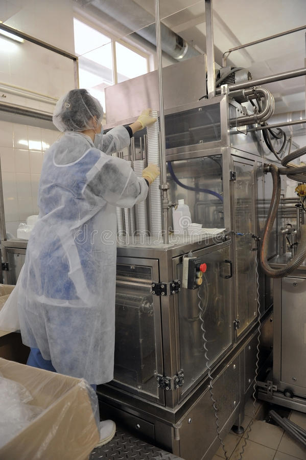 罐头厂工作者在牛奶店 免版税库存照片