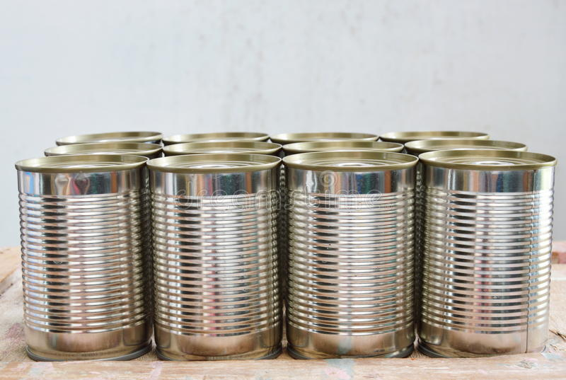 罐头食品在木委员会能 图库摄影