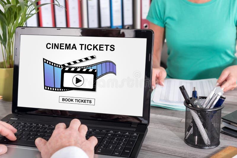 网上戏院卖票在膝上型计算机的售票概念 图库摄影