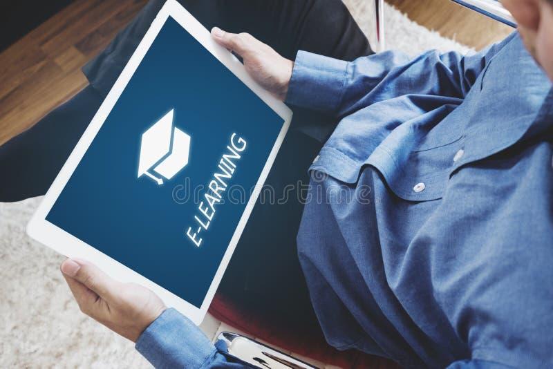网上教育、电子教学和e书概念 在家使用数字式片剂的一个人为教育 免版税库存照片